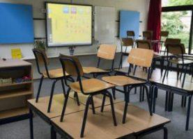 klaslokaal_stoelen_op_tafel